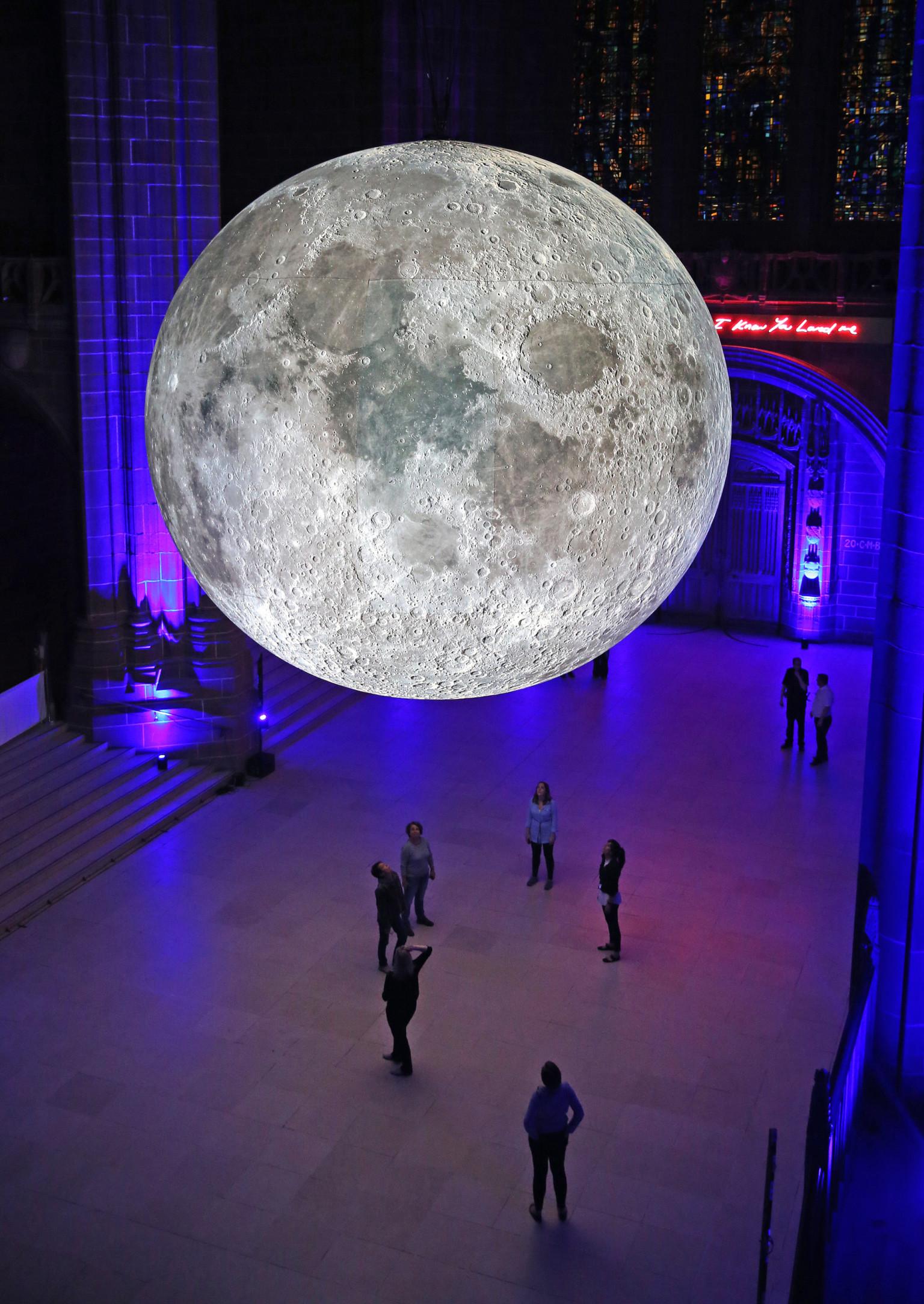 Andiamo sulla Luna, l'installazione di Luke Jerram | Collater.al