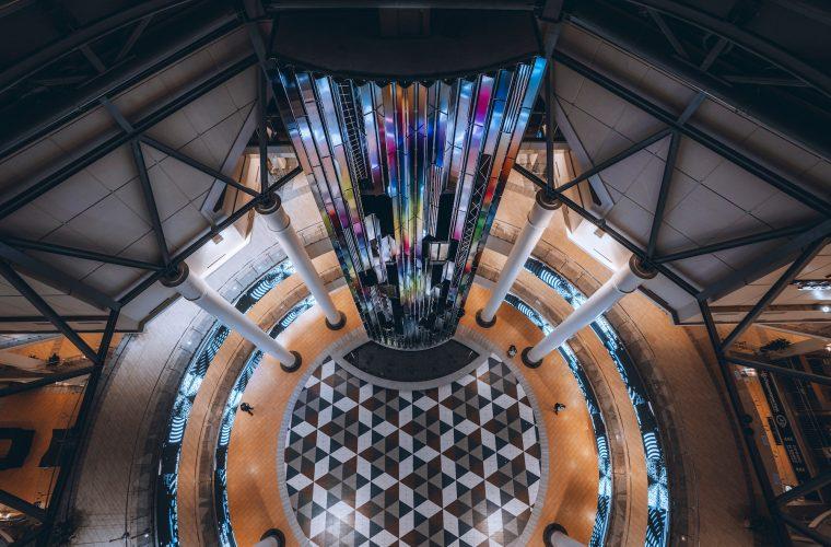 DATAFALL, la cascata di acciaio colorato di Felipe Pantone a Mosca