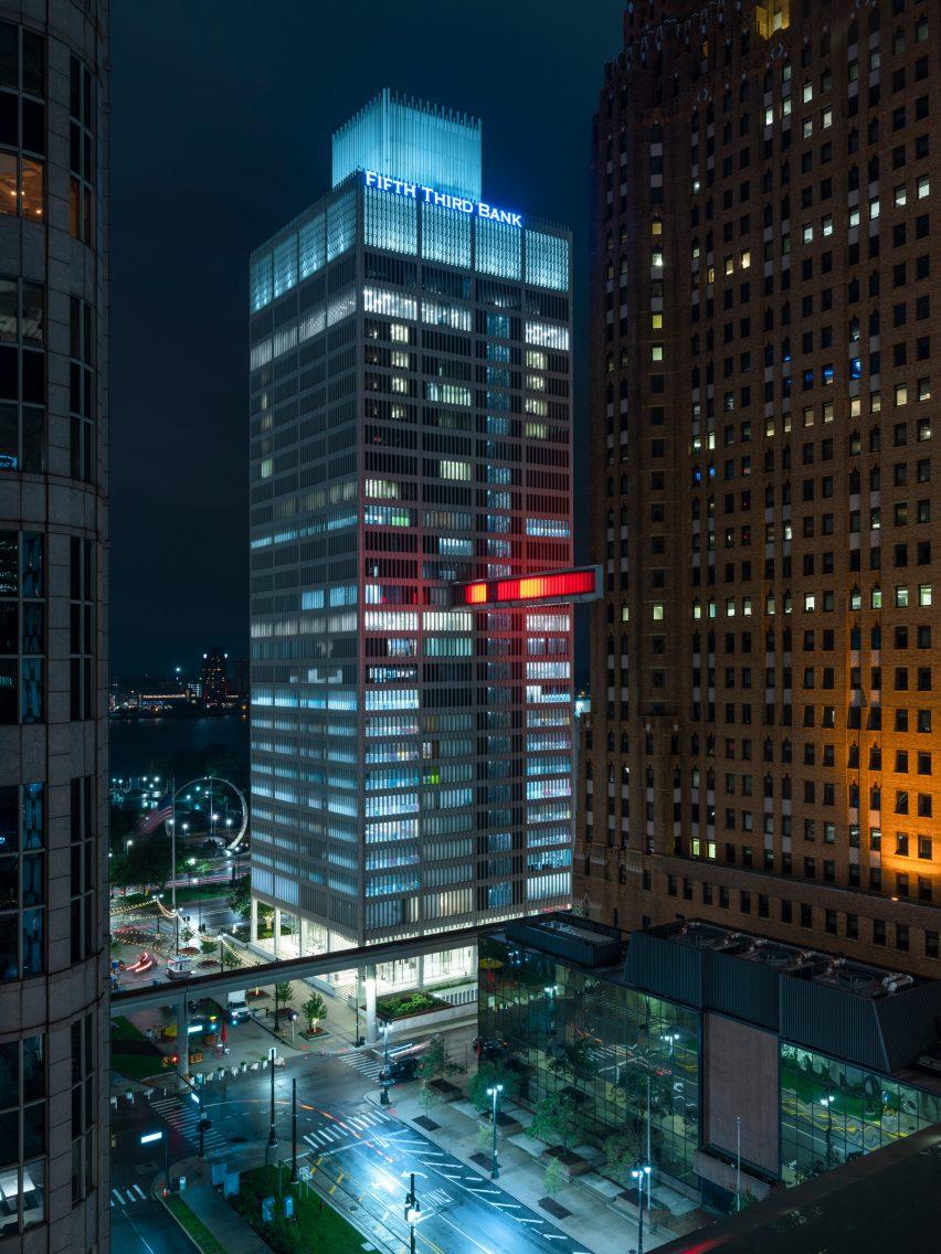 Detroit Skybridge, i blocchi luminosi di colore di Phillip K Smith III | Collater.al