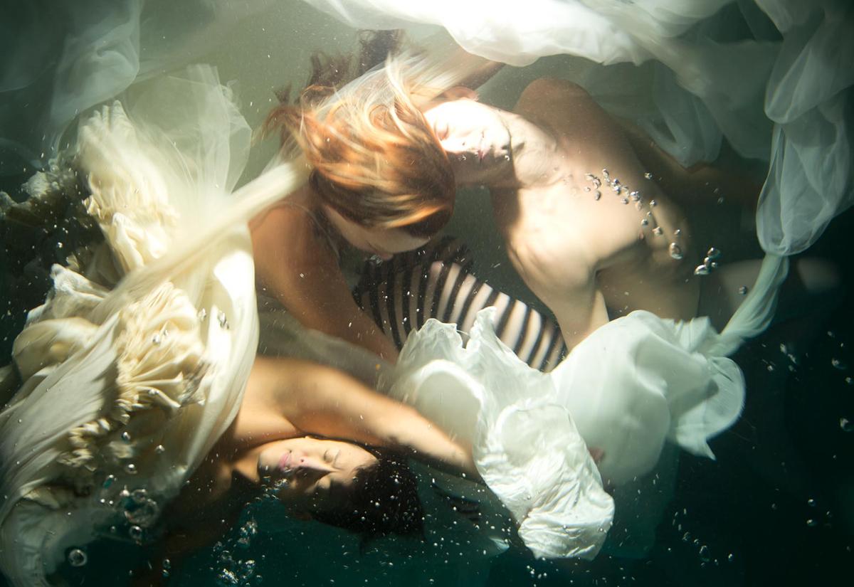 Le fotografie subacquee che sembrano quadri di Christy Lee Rogers | Collater.al