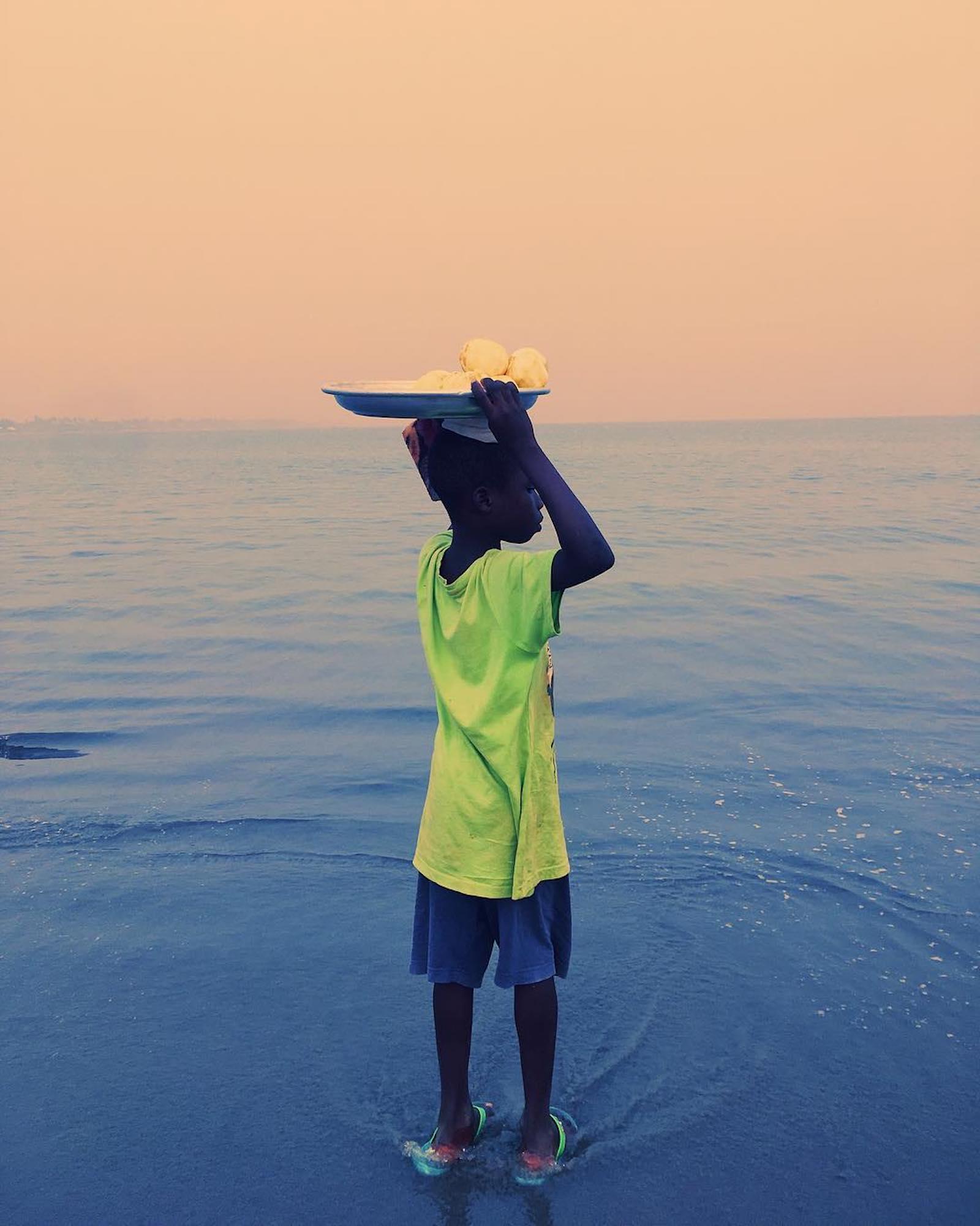 Price Gyasi fotografa i colori e le atmosfere del Ghana | Collater.al 9