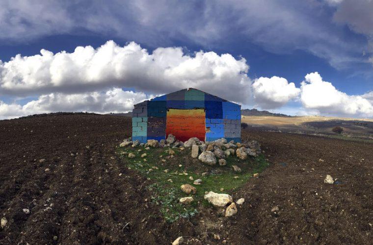 Uncommissioned Landscape Manipulation, i ruderi colorati di Ligama