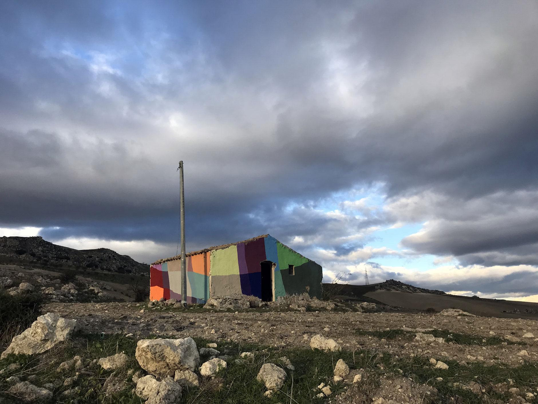 Uncommissioned Landscape Manipulation i ruderi colorati di Ligama | Collater.al