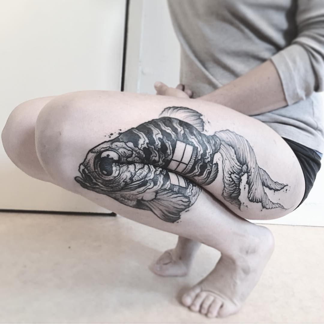 Il corpo si muove e i tatuaggi di Veks Van Hillik si trasformano