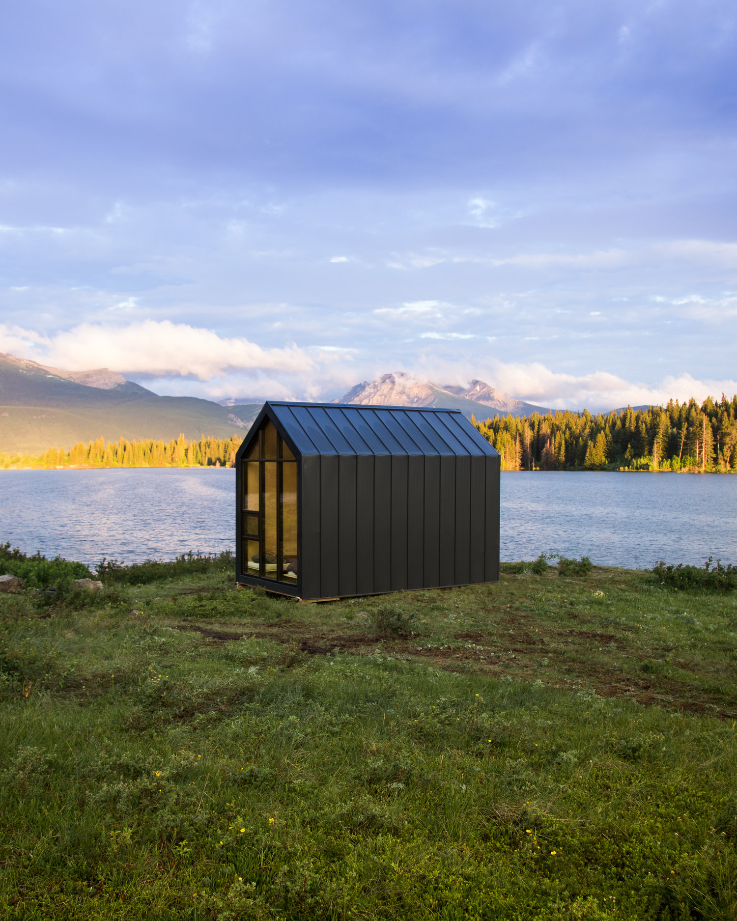 Mono, the perfect prefabricated mini house surrounded by