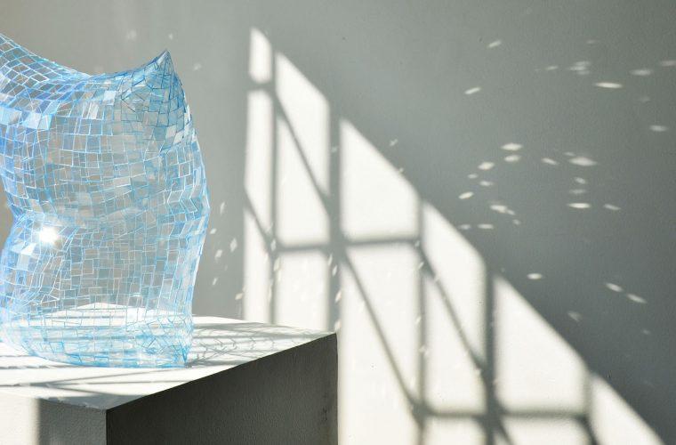 I cuscini in plexiglass di Colin Roberts rifrangono la luce