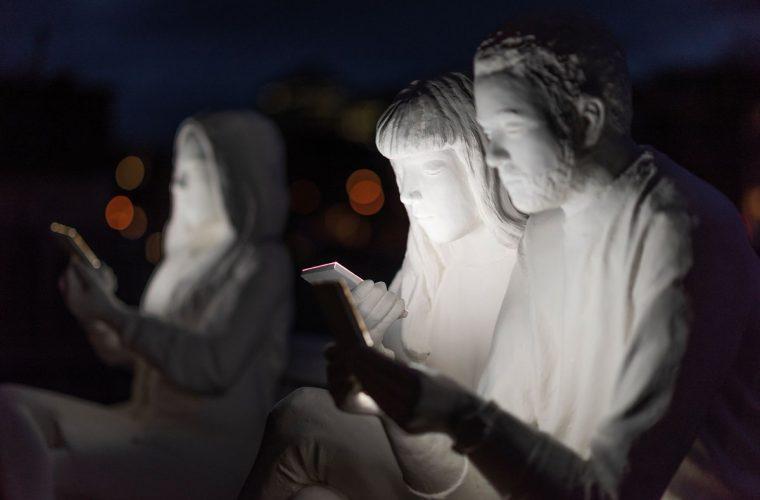 Absorbed by light, la dipendenza da smartphonediventa scultura