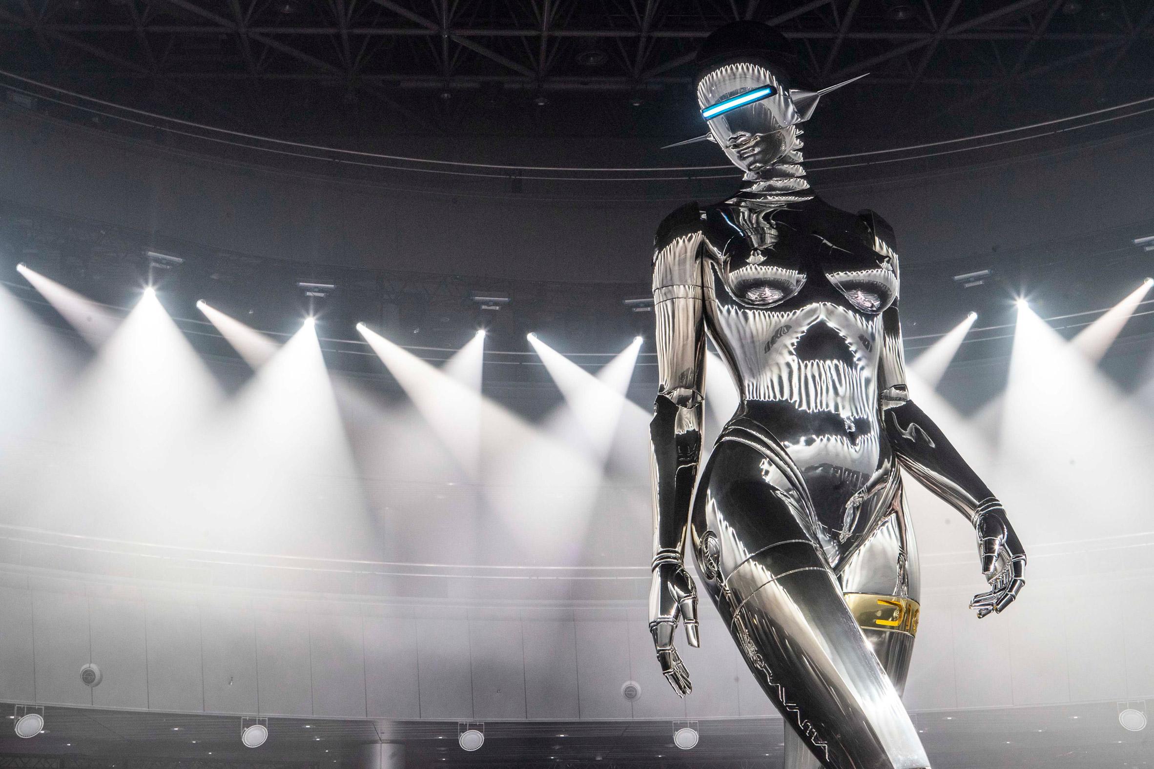 Il robot gigante di Hajime Sorayama per Dior| Collater.al