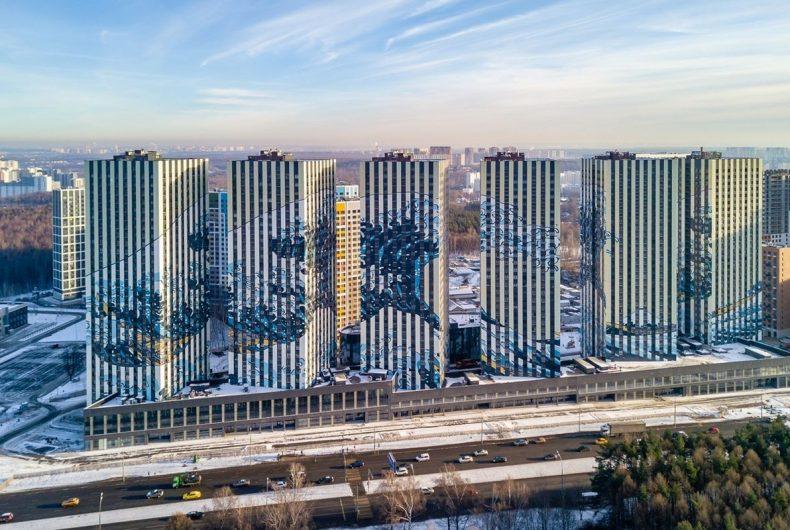 La grande onda di Kanagawa di Hokusai si staglia sulle facciate dei palazzi di Mosca