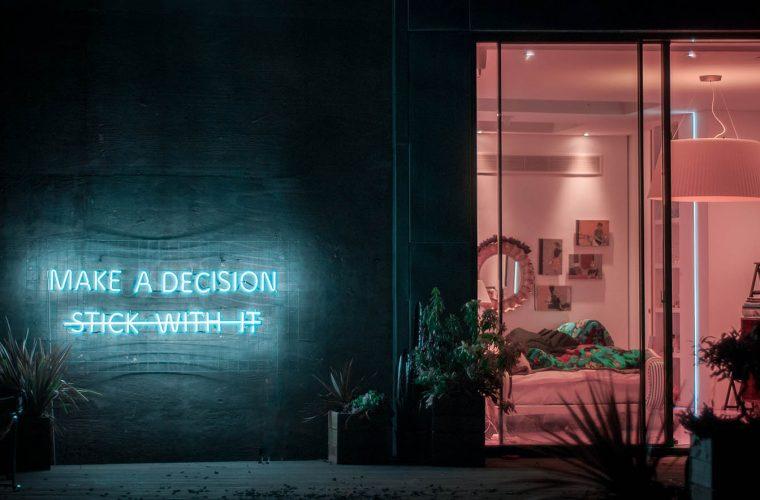 Dillo con un neon, le installazioni di Eve De Haan