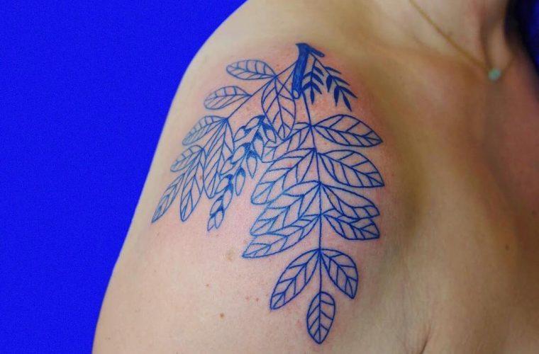 Léa Le Faucon e i suoi tatuaggi completamente blu