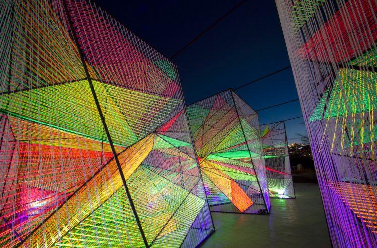 L'installazione fluorescente di Hou de Sousa