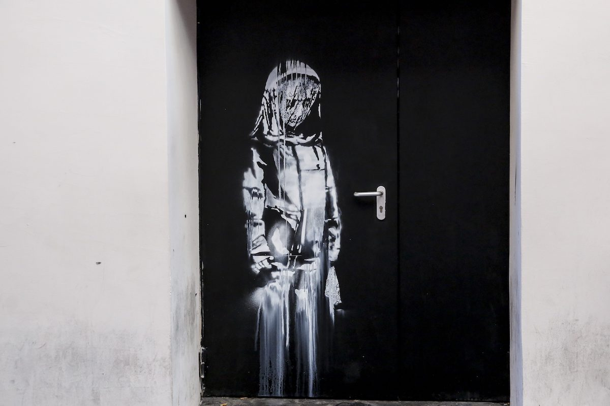 Rubata l'opera di Banksy in memoria delle vittime del Bataclan | Collater.al