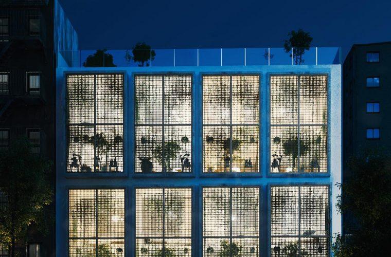 Milad Eshtiyaghi e l'edificio con la facciata che sembra una serra