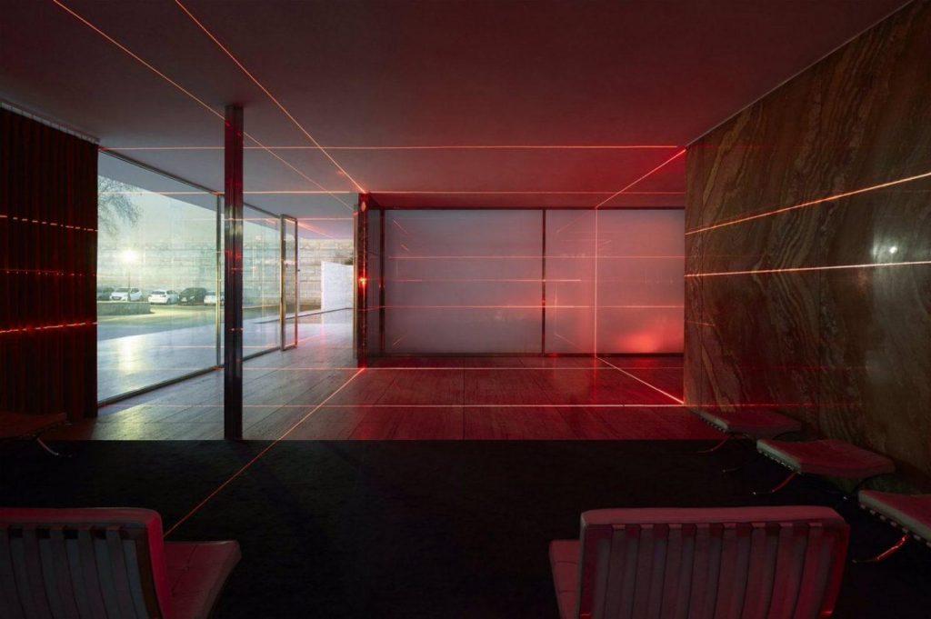Geometry of Light, una griglia di laser rossi firmata MAS Studio | Collater.al