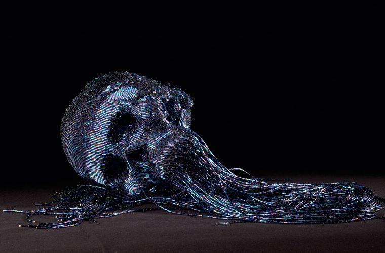 Jim Skull e i suoi teschi realizzati con fili e perline