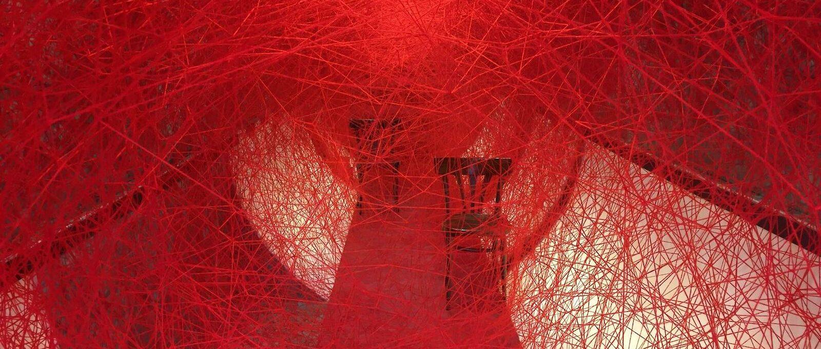 Lifelines, l'installazione di Chiharu Shiota è un omaggio alla libertà