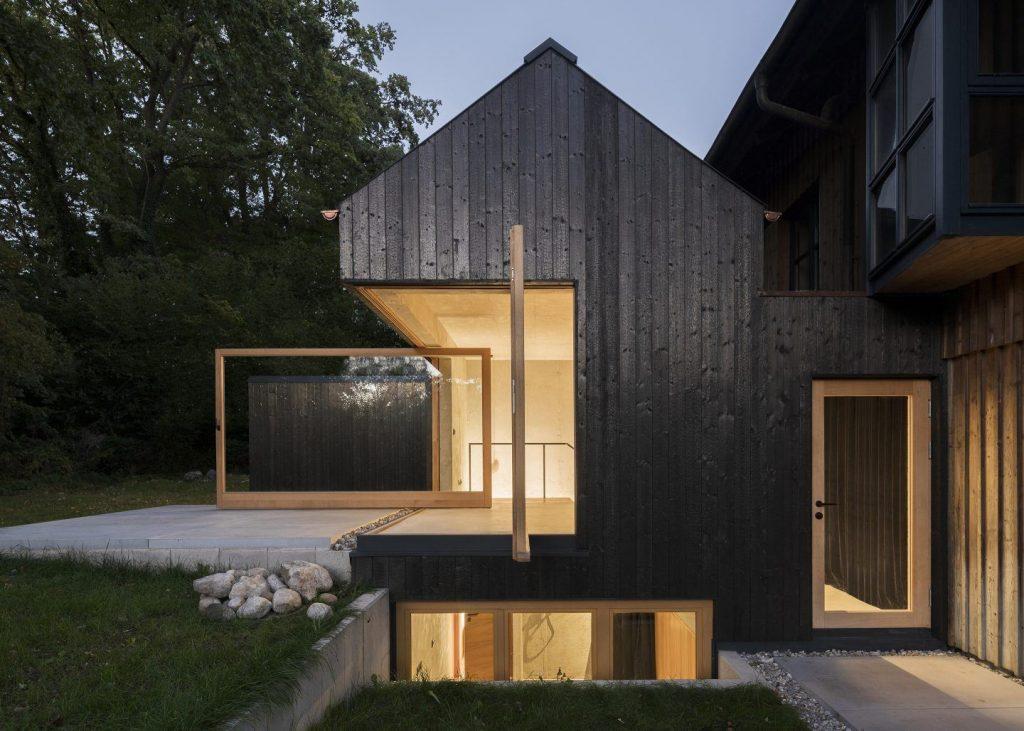 das schwarze haus una casa con le pareti che si aprono. Black Bedroom Furniture Sets. Home Design Ideas