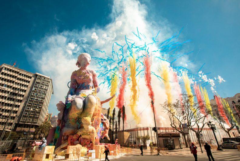 La scultura di PichiAvo per il Las Fallas festival di Valencia