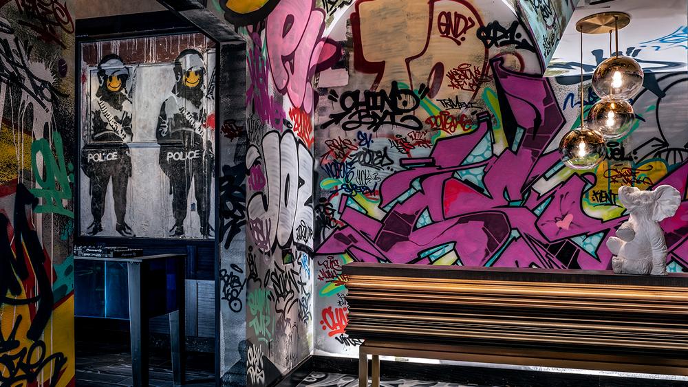 Smiley Coppers Panel I di Banksy esposta permanentemente a Las Vegas   Collater.al