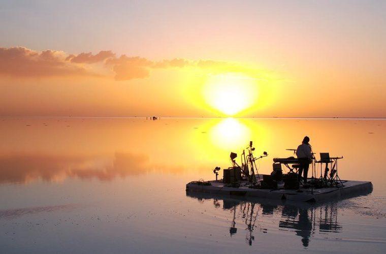 FKJe la sua esibizione tra le acque della Salar de Uyuni
