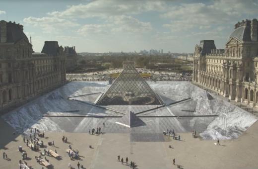 JR celebra i 30 anni della Piramide del Louvre con un'enorme illusione ottica