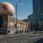 Giganteschi seni gonfiabili hanno invadono Londra | Collater.al 1
