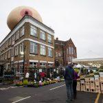 Giganteschi seni gonfiabili hanno invadono Londra | Collater.al 9