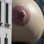 Giganteschi seni gonfiabili hanno invadono Londra | Collater.al