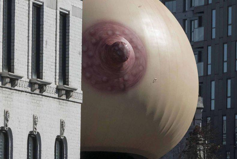 Gigantesche installazioni di seni gonfiabili invadono Londra
