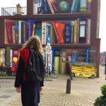 Il murale di Utrecht che sembra lo scaffale di una biblioteca   Collater.al 2