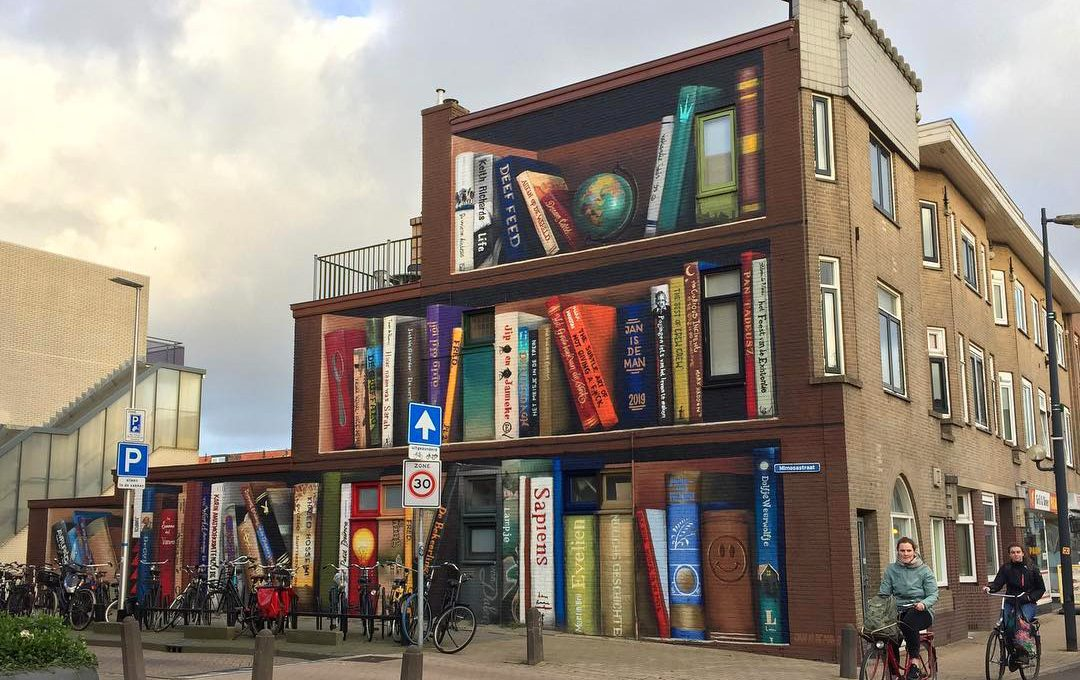 Il murale di Utrecht che sembra lo scaffale di una biblioteca
