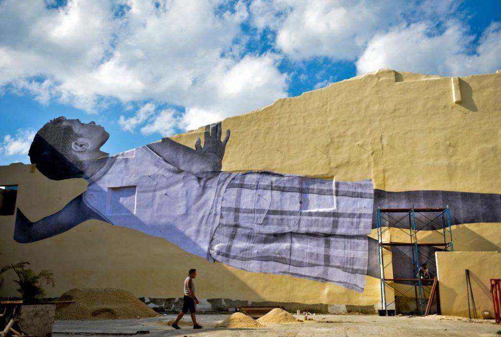 La nuova opera di JR alla Biennale dell'Avana a Cuba | Collater.al