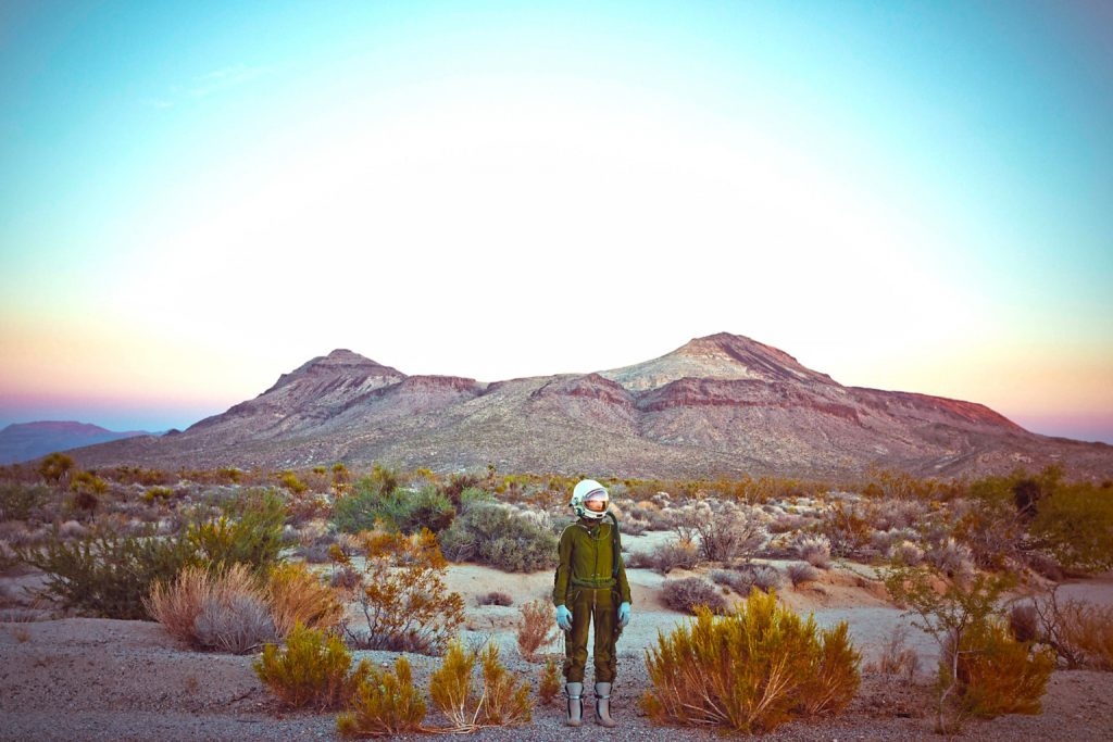 Lonely Astronaut è il progetto della fotografa Karen Jerzyk che racconta la solitudine e l'isolamento attraverso immagini poetiche.