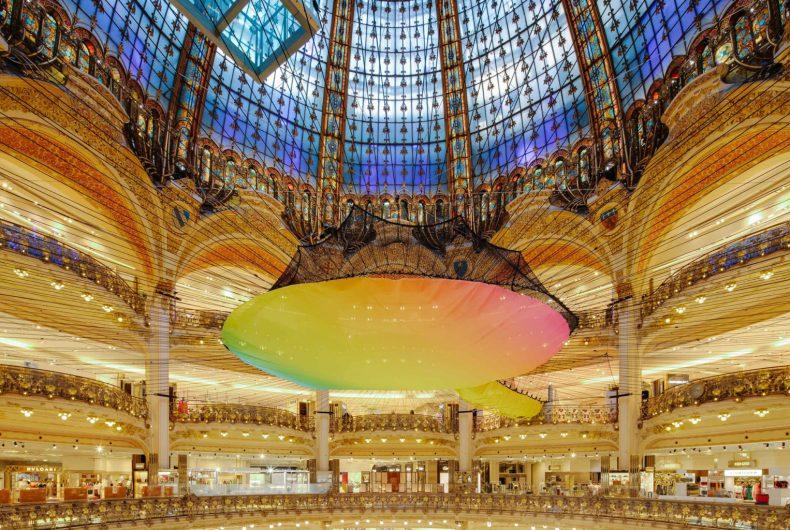 Una rete neon per Le Galeries Lafayette Haussmann a Parigi