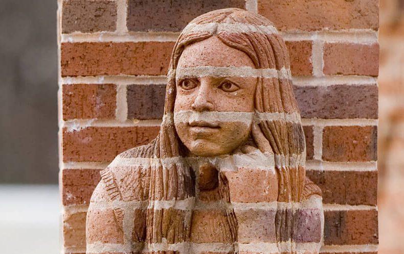 Le sculture realistiche fatte di mattoni di Brad Spencer