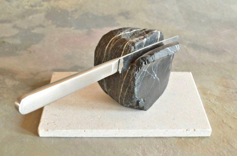 Hirotoshi Ito trasforma delle semplici pietre in sculture surreali