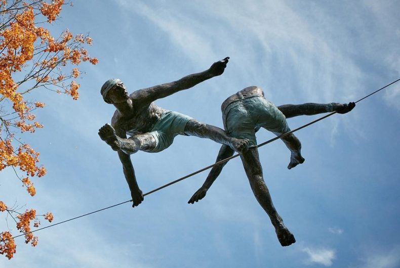 Le sculture di Jerzy Kedziora aka Jotka sfidano la gravità