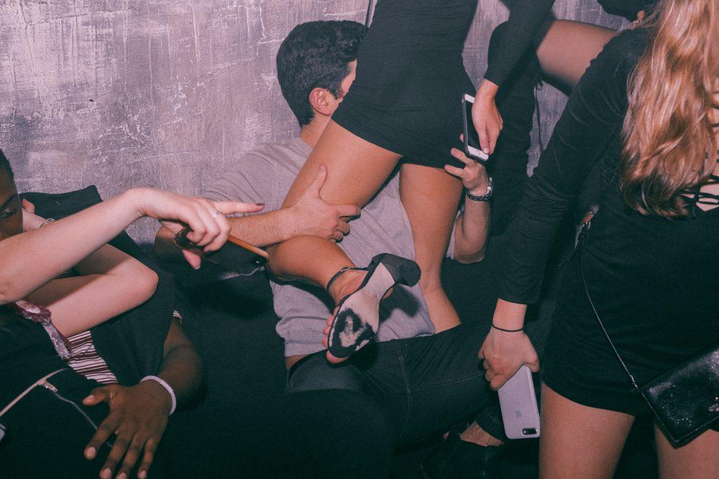 No More I Love You, le foto dei baci nei club di Karel Chladek | Collater.al