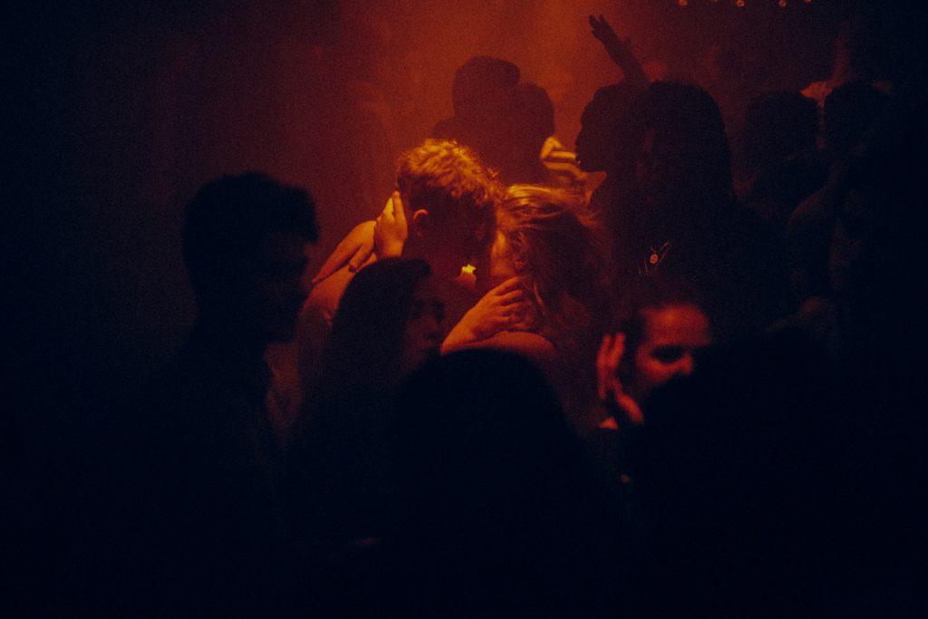 No More I Love You, le foto dei baci nei club di Karel Chladek   Collater.al