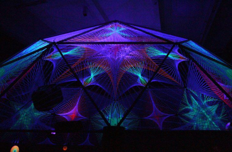 DecodeTheCode, la String Art e le installazioni fatte di fili e luce ultravioletta