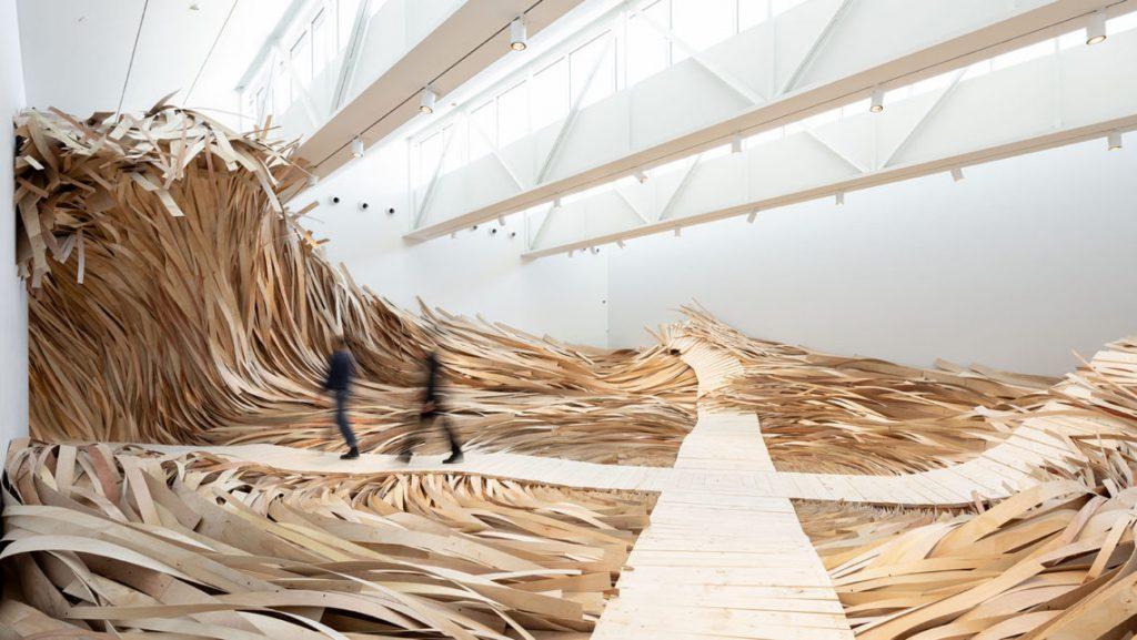 Hubris Atë Nemesis l'ondata di legno in esposizione al CMCA | Collater.al