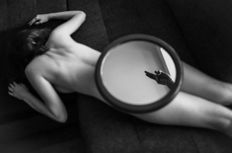 Il mondo dietro uno specchio, gli scatti romantici NSFW di František Konopa
