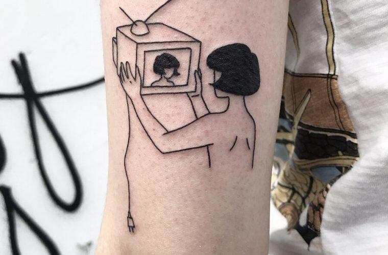 I tatuaggi di Layla Chenyz, minimali e macabri