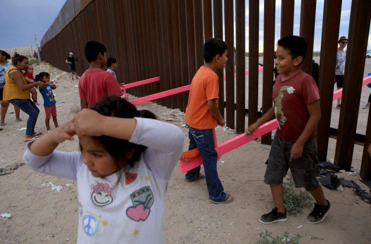 Teetertotter Wall, il confine Usa-Messico abbattuto da delle altalene rosa