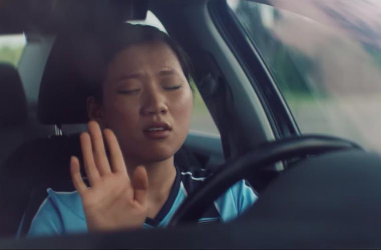 Lo spot di Spotify celebra chi rimane in macchina per ascoltare la fine di una canzone