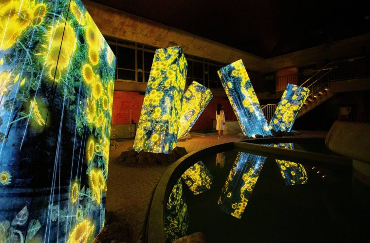Megaliths in the Bath House Ruins, l'installazione di teamLab