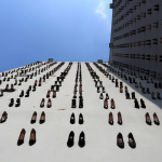 440-scarpe-su-una-parete-il-monumento-creato-in-memoria-delle-donne-vittime-di-violenza.-Collater.al-2