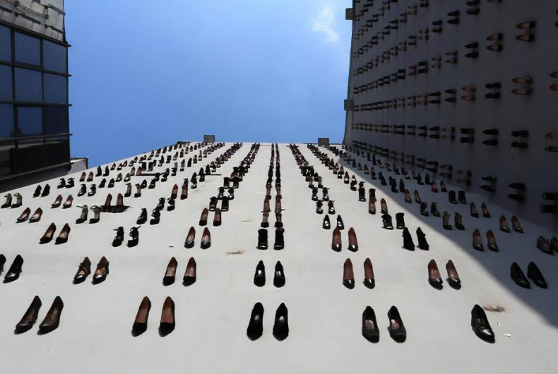 440 scarpe su una parete, il monumento di Vahit Tuna in memoria delle donne vittime di violenza.