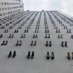 440-scarpe-su-una-parete-il-monumento-creato-in-memoria-delle-donne-vittime-di-violenza.-Collater.al-4